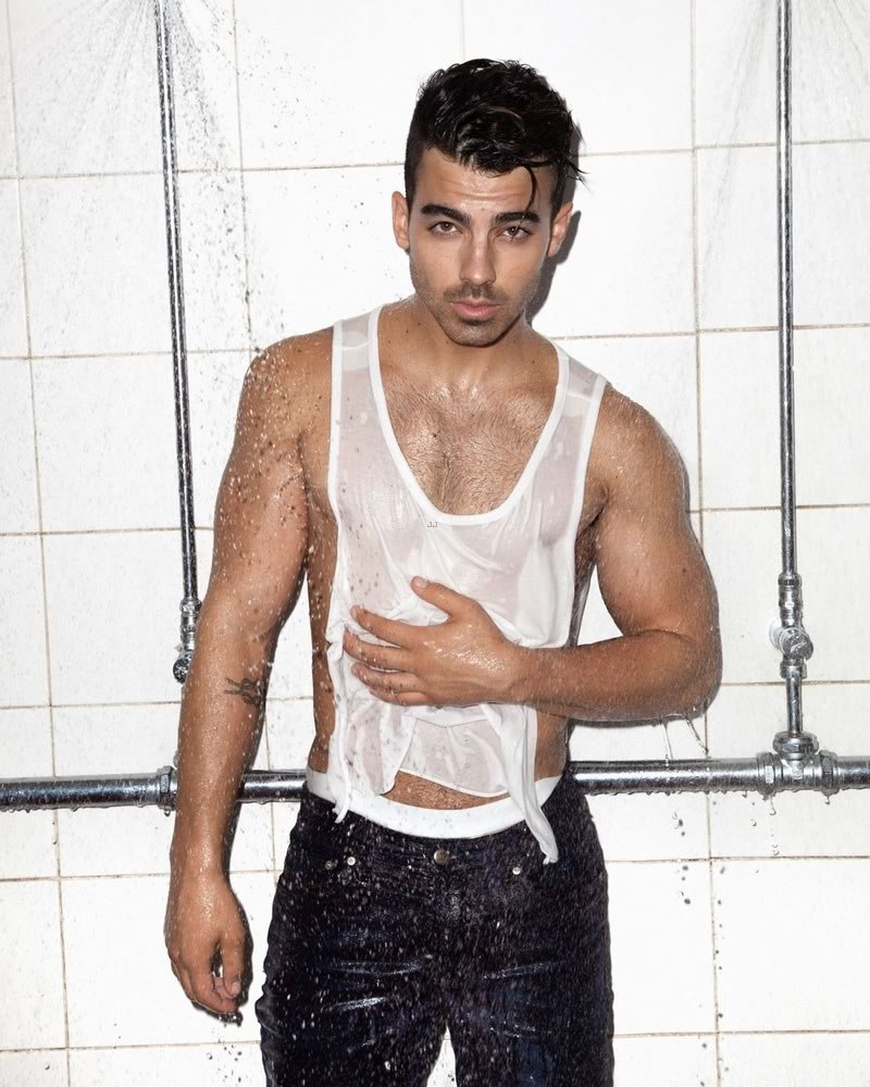 Is joe jonas really gay