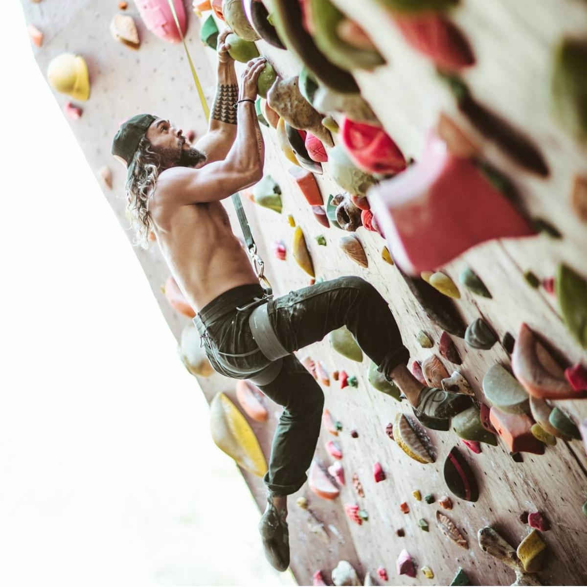 Jason Momoa Rock Climbing: Jason Momoa Rock Climbing Will Complete Your Day